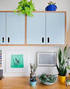 26-decoracao-cozinha-aberta-armario-azul-plantas