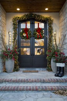 32 Amazing Christmas Porch Decorating Ideas to Make Your Outdoor More Beautiful - If you really want to bring people into the Christmas spirit when they come to your home during the holidays, here are several Christmas door decorati. Noel Christmas, Rustic Christmas, Christmas Lights, Antique Christmas, Primitive Christmas, White Christmas, Christmas Front Doors, Christmas Door Decorations, Outdoor Decorations