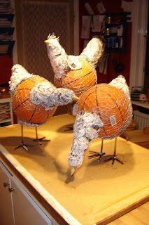 Stommen är en billig basketboll, kycklingnät, små plastbollar, bollar i betong och tidningspapper. Så har jag använt små träknoppar till näbbarna och svetsat ihop rundjärn till fötterna och benen.