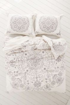 Slide View: 2: Louise Femme Medallion Duvet Cover