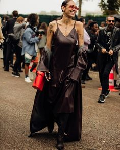 Paris Fashion Week is in full swing. See the best Paris Fashion Week street style from the shows circuit. All the Paris fashion week street style inspiration you need from the shows at PFW. Best Street Style, Cool Street Fashion, Street Style Looks, Paris Fashion, Ibiza, Stil Inspiration, Fashion Inspiration, Paris Outfits, Winter Outfits
