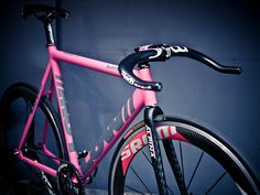 """fixieporn: """" Deda makes the coolest handlebars. """" If it only could be not pink, maybe graphite-silver? Cool Bicycles, Cool Bikes, Pink Bike, Fixed Gear Bicycle, Motorcycle Bike, Bike Design, Bike Life, Guys And Girls, No Equipment Workout"""