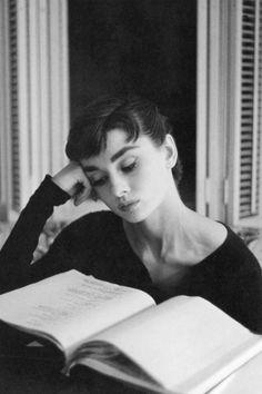 Audrey Hepburn reading a scenario. Citations Audrey Hepburn, Audrey Hepburn Quotes, Aubrey Hepburn, Robert Doisneau, Marlene Dietrich, Brigitte Bardot, Girl Reading Book, Reading Books, Reading People
