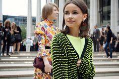 E esse brinco de maçã da Miroslava Duma ? Perfeito. Sem falar no casaco ♥ ... http://www.anasilviadiniz.com/2012/04/looks-para-balada_20.html