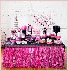 * So Lovely Sweet Tables * Deze is cool @J E Alifano and Munchies maar zonder die knuffels...jakkes