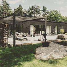"""""""Sommaren är äntligen här! #sommar #sol #hus #villa #bygganytt #pergola #fasad #trädgård #svart #villadreimar #intressantahus #uteplats"""" Photo taken by @intressantahus on Instagram, pinned via the InstaPin iOS App! http://www.instapinapp.com (07/03/2015)"""