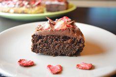 Pyszne bezglutenowe ciasto z mąki kokosowej oraz kakao. Ciasto kokosowo - czekoladowe połączone z jogurtową masą oraz truskawkami. Bezglutenowe przepisy.