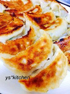「ジューシーな餃子☆」この餃子食べたら、もう他の餃子は食べられない!!って位おいしいです♪大量に作って冷凍保存してます。冷凍を焼く時は、凍ったままでOKです。【楽天レシピ】