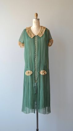 bottle green silk dress with long pleated panels, ecru lace trimmed short sleeves, button detail at the front, ecru lace collar, ecru and rose applique at the skirt. 1920 Style, Style Année 20, 20s Outfits, Vintage Outfits, Vintage Dresses, 20s Fashion, Fashion History, Vintage Fashion, Fashion Ideas