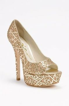 3b33c303d حذاء باللون الذهبي كعب عالي Pretty Shoes, Beautiful Shoes, Cute Shoes, Me  Too