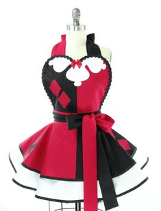 Lipstick red meets Gotham black in an explosion of alluring awesomeness to create your new luscious femme-fatale Harlequin apron. There's absolutely