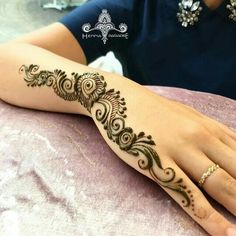 Mehndi design makes hand beautiful and fabulous. Here, you will see awesome and Simple Mehndi Designs For Hands. Modern Henna Designs, Mehndi Designs For Beginners, Mehndi Design Photos, Beautiful Mehndi Design, Latest Mehndi Designs, Simple Mehndi Designs, Mehndi Designs For Girls, Easy Mehndi, Mehndi Images