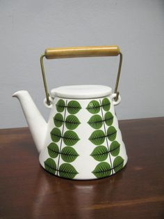 The classic Swedish pattern Berså by Stig Lindberg. The pattern gets a whole new level by the wonderful shape of this coffepot.