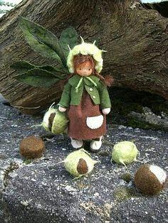 Bild Love this chestnut child, proper face with nose. Waldorf Crafts, Waldorf Toys, Oki Doki, Felt Fairy, Nature Table, Autumn Crafts, Flower Fairies, Dollhouse Dolls, Fairy Dolls