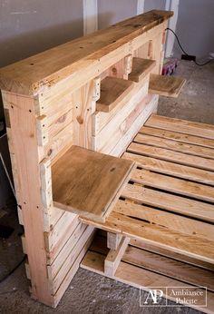 """Un autre projet de """"Palette Ambiance"""" qui nous montre un lit et une bibliothèque 2 en 1. La tête de lit et la base nous montrent plusieurs étagères qui peuvent être utilisées pour stock…"""