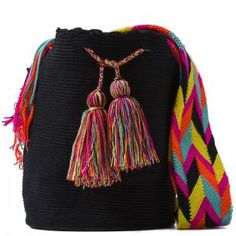 comprar bolso wayuu en madrid, wayuu, croche, bolsos hecho a mano, producto… Tapestry Bag, Tapestry Crochet, Crochet Cardigan Pattern, Art Bag, Crochet World, Boho Fashion, Womens Fashion, Yarn Projects, Purses And Bags