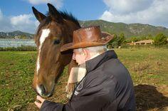 """""""L'uomo che .....sussurrava ai cavalli""""   Foto scattata nella tenuta di un appassionato di cavalli nei pressi di Villa San Pietro (CA).   Cavallo di razza arabo-inglese-sardo"""