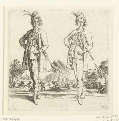 Jacques Callot | Tweemaal dezelfde soldaat met kleine gepluimde hoed en de hand in de zij, van voren gezien, Jacques Callot, 1621 - 1624 | Een soldaat met een gepluimd hoedje op het hoofd, de rechterhand in de zij, de linkerhand op het gevest van zijn zwaard, van voren gezien, tweemaal afgebeeld: rechts als lijnfiguur, links meer uitgewerkt met schaduwpartijen. Op de achtergrond de plundering van een dorp door soldaten. Deze prent is onderdeel van een serie van 16 prenten (15 volgens Lieure…