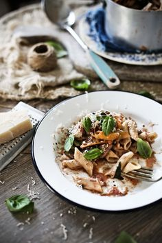 Pratos e Travessas: Penne no forno com bacon, cogumelos, espinafres e alcaparras # Baked penne with bacon, mushrooms, spinach and capers | Food, photography and stories