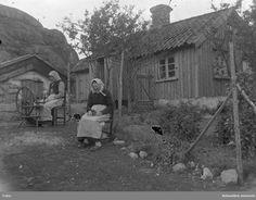 "Enligt notering: ""Två äldre, men spinnrocken. Utomhus, Kransetöserna, Brattbergstorpet?"" Old Pictures, Old Photos, Vintage Photos, Art Courses, Back In Time, Environmental Art, Historian, Old Houses, Finland"