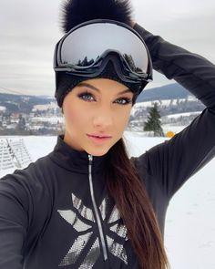 """𝓣𝓮𝓻𝓮𝔃𝓪 𝓳𝓮𝓭𝓵𝓲𝓬𝓴𝓸𝓿𝓪 on Instagram: """"Rok 2020 před námi, tak přeju všem ať se Vám splní vše co si přejete a buďte hlavně sťastní❤️ #ski#mountains#newyear#dreamscometrue"""" Beautiful Ladies, Her Style, Lady, Instagram, Fashion, Moda, Fashion Styles, Fasion"""