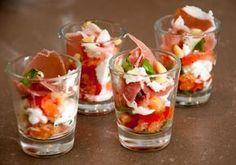 Aperitif glass with tomato, buffalo mozzarella and Italian ham - Table 27 Snacks Für Party, Lunch Snacks, Ceviche, Appetisers, High Tea, Italian Recipes, Italian Ham, Wine Recipes, Finger Foods