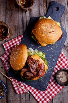 Bacon Cheeseburger - Simply Delicious No barbecue is complete without a good burger on it and this bacon cheeseburger is all kinds of awesome.No barbecue is complete without a good burger on it and this bacon cheeseburger is all kinds of awesome. Beste Burger, Good Burger, Burger Meat, Burger On Grill, Burger Perfect, Gourmet Burgers, Burger And Fries, Burger Buns, Yummy Food