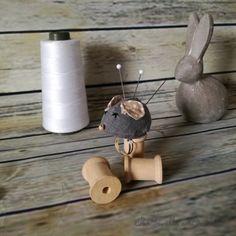 Anello puntaspilli a forma di topolino in puro lino cucito a macchina, ricamato e imbottito con poliestere anallergico di IlCavalloaDondolo su Etsy