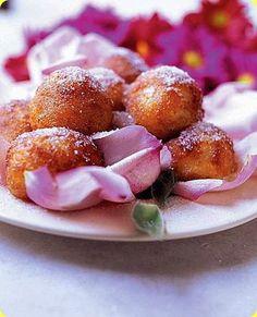 Frittelline indiane alla rosa ngredienti: per 4 persone          200 g di latte intero in polvere (reperibile nei negozi di specialità asiatiche)         2 cucchiai di burro morbido         125 g di farina         1 cucchiaino di lievito in polvere         1 pizzico di cardamomo in polvere         300 g di zucchero         olio per friggere         2 cucchiaini di acqua di rose         zucchero a velo per spolverizzare         farina per la spianatoia