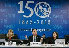 국제전기통신연합(ITU), 창립 150주년 기념식 개최 2015-05-17 20:30 http://m.yna.co.kr/kr/contents/?cid=AKR20150517001400088&mobile ITU 150주년 휘장을 배경으로 회의 진행하는 민원기 의장자세히 빌 게이츠·로버트 칸 등 5명에 정보통신 발전 공로상 수여 국제전기통신연합(ITU)은 17일(현지시간) 스위스 제네바에서 자오 허우린 사무총장과 민원기 ITU 이사회 의장 등이 참석한 가운데 창립 150주년 기념식을 가졌다. ITU 150주년 휘장을 배경으로 회의 진행하는 민원기 의장자세히  지난 1865년 프랑스 파리에서 20개 국가가 참석한 가운데 조인된 국제전신협약을 기초로 `국제전신연합'(the International Telegraph Union)이란 이름으로 출범한 ITU는 이후 기술발전에 따라 유선전화, 무선전화, 인터넷 등의 국제적 규제와 표준 결정은 물론 전 세계 주파수 대역과 지구 위를 선회하는…