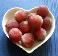 Eiskalter Sommersnack. Einfach Weintrauben waschen und für mindestens 2 Stunden einfrieren. Kommen auch prima in Sommerdrinks. Enjoy! http://www.24minutes.de/2016/07/17/eingefrorene-weintrauben/