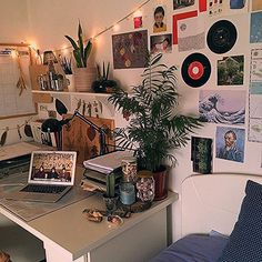 Room ideas artsy aesthetic vintage grunge kanken vinvyl bedroom decor polaroids photo picture wall fairy lights succulents plants cactus Source by aesthetic Fairy Lights On Wall, Bedroom Fairy Lights, Room Lights Decor, Grunge Room, 90s Grunge, Grunge Decor, Uni Room, Dorm Room Desk, Retro Room