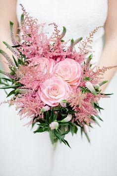 Brautstrauß mit Astilben | Friedatheres.com  astilb bouquet  Fotos: Honeymoon Pictures Brautkleid: Anna Kara von Seeweiss Haare und Make-Up: Rouge-Rosé