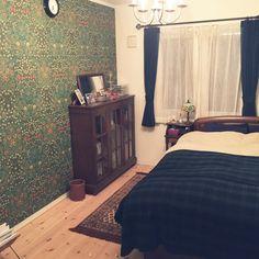 junさんの、ベッド周り,本棚,アンティーク,寝室,ラグ,シャンデリア,ニトリ,ウイリアムモリスの壁紙,ウイリアム・モリス,ステンドグラスランプ,ラルフローレンホーム,のお部屋写真