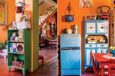 Una casa repleta de color  La mesa y las sillas –compradas a los cartoneros de su barrio– están restauradas por La Tana Ecléctica, una ex alumna de filete de Silvia que dio nueva vida a gran parte del mobiliario de la casa. Arriba, la colección de cacerolas. Junto a la heladera Siam.  Foto:Living /Santiago Ciuffo