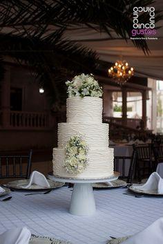 Pastel de boda con lineas de betun y arreglo floral natural. Buttercream lined wedding cake