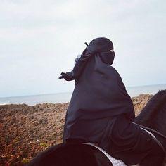 Ибн аль-Каййим (رحمه الله) сказал: «И каждый раз, когда его тело терпит убыток, его вера увеличивается. И каждый раз, когда уменьшается сила его тела, увеличивается сила его веры, убеждённости и стремление к Аллаху и миру вечному»  Фаваид