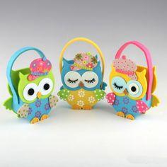 Un envoltorio divertido y original para tus regalos son estos simpáticos bolsos de fieltro