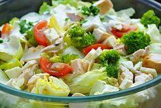 Zeleninový salát z blanšírovaných růžiček brokolice, čerstvých listů hlávkového salátu, cherry rajčátek a kousků pečeného kuřecího masa, servírovaný dochucený česnekovo-křenovo-jogurtovým dresinkem.
