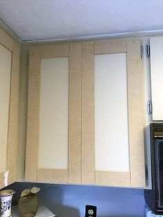 Update your laminate cabinets with classic shaker style doors. DIY your kitchen upgrade with this budget-friendly makeover. Easy project for beginners. Source by The post Make Shaker Kitchen Cabinet Doors on a Budget appeared first on Rosa Home Decor. Armoires Shaker, Armoires Diy, Kitchen Cabinets On A Budget, Shaker Kitchen Cabinets, Shaker Kitchen Diy, Refacing Kitchen Cabinets, Cabinet Door Makeover, Kitchen Cabinet Doors, Laminate Cabinet Makeover