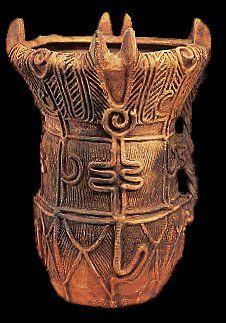 Période Jomon (-10 000/-300)Cette période qui succède à l'ère pré-historique doit son nom au dessin de corde retrouvé sur les plus vieilles poteries au monde. Retrouvés dans le Nord de Honshû  des éléments de poteries de 7.000 avant JC attestent d'une civilisation très ancienne, composée de petits groupes de chasseurs ou de pêcheurs connaissant déjà la céramique. L'habitat était composé de huttes rondes, à demi enterrées dans la terre , à toiture sommaire composée d herbes et de feuill...