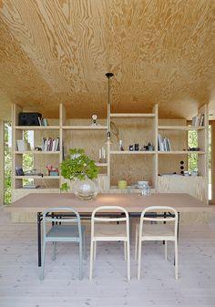 La pared-biblioteca es el rasgo distintivo del comedor.   Galería de fotos 3 de 13   AD MX