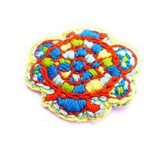 Soldes des créateurs! broche ethnique brodée main, en toile, coloris turquoise, orange, jaune, bijou créateur