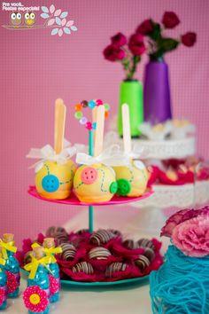 Para celebrar o 1º aninho da Helena, a mamãe queria uma festa bem alegre e colorida. Depois de muito planejamento, definindo cartela de cor...