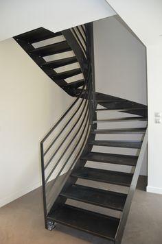 Escalier intérieur 2/4 tournant balancé en acier avec traitement vernis incolore et garde corps assorti - CREAMETAL