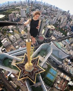There's nothing sweeter than the taste of victory for a city climber who's reached the top of a city's highest building. Daring, even crazy describes these climbers who commemorate their conquest with a selfie, showing off the glorious view below. Unbelievable Pictures, Cool Pictures, Cool Photos, Funny Photos, Scary Places, Great Places, Beautiful Places, Foto Website, Climbers