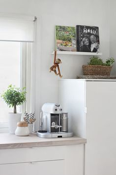 Nordic Days is a website with Scandinavian interiors where you learn everything about Scandinavian design and the latest home interior trends. Kitchen Corner, Ikea Kitchen, Kitchen Decor, Kitchen Wood, Kitchen White, Diy Interior, Interior Design Kitchen, Before After Kitchen, Sweet Home