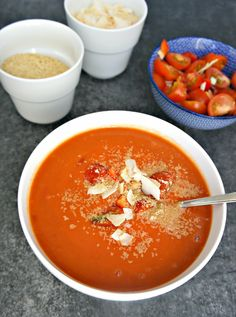 Tomatsuppe - nem opskrift på cremet tomatsuppe med kokosmælk Vegetarian Recipes, Snack Recipes, Dinner Recipes, Healthy Recipes, Snacks, Healthy Meals, Food Plus, Good Food, Yummy Food