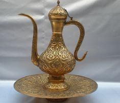tombak ürünler Copper Utensils, Turkish Art, Historical Art, Coffee Set, Art Object, Ceramic Painting, Islamic Art, Tea Set, Antique Silver