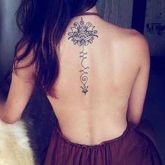 UNALOME TATTOO é uma tendência mundial e também está bombando no Brasil ⠀⠀⠀⠀⠀⠀⠀⠀⠀  Com uma simbologia relacionada ao amadurecimento e à iluminação espiritual, o Unalome é uma ótima opção de tatuagem delicada e atual. ⠀⠀⠀⠀⠀⠀⠀⠀⠀ Saiba: ⠀⠀⠀⠀⠀⠀⠀⠀⠀ ☑️ O que é a unalome tattoo? ⠀⠀⠀⠀⠀⠀⠀⠀⠀ ☑️ Origem e significado da unalome tattoo; ⠀⠀⠀⠀⠀⠀⠀⠀⠀ ☑️ Ideias para se inspirar ⠀⠀⠀⠀⠀⠀⠀⠀⠀  Lá no Blog: tudoela.com/unalome-tattoo ⠀⠀⠀⠀⠀⠀⠀⠀⠀ #artenapele #inspirationtatto #tattoobrasil #tattoofeminina #tatuador…
